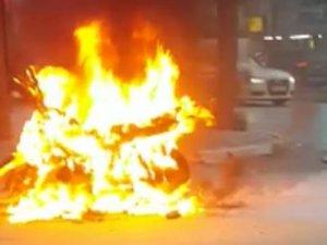 Akhisar'da seyir halindeki motosiklet alev aldı!