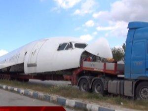 Akhisar'da karayolundan uçak geçti