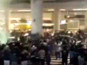 Akhisar taraftarı futbolcuları hava alanında böyle karşıladı