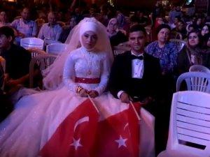 Akhisarlı yeni çift düğünden sonra demokrasi nöbetine katıldı