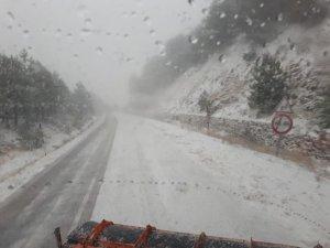 Manisa Demirci güne kar yağışı ile uyandı