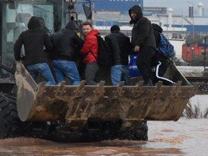 Akhisar'da dere taştı, İstanbul-İzmir yolu sular altında kaldı!