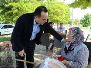 Akhisar Belediye Başkanı Besim Dutlulu'dan anneler gününden karanfil
