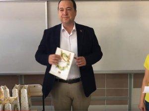 Belediye Başkanı Dutlulu, Cumhuriyet İlkokulunda öğrencilere kitap dağıttı
