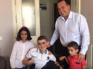 Akhisarlı ihtiyaç sahibi engellilere Akhisar Belediyesinden akülü engelli araçları teslim edildi