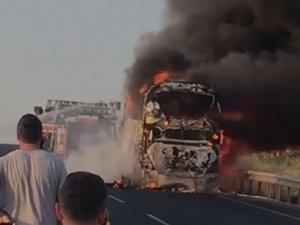 Akhisar-Balıkesir arası Gelenbe Firdanlar mevkiinde otobüs cayır cayır yandı