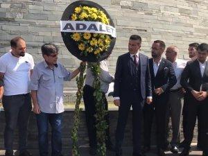 İyi Parti ilçe teşkilatı, Akhisar Belediyesi önüne 'Adalet' yazılı siyah çelenk bıraktı