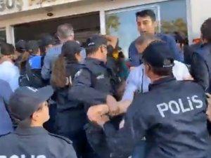 Özel Doğuş Hastanesinde polisler, kapı önüne eylem yapan işçileri zor kullanarak içeri girdi